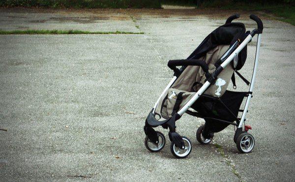 poussette utilisée comme chaise haute bébé