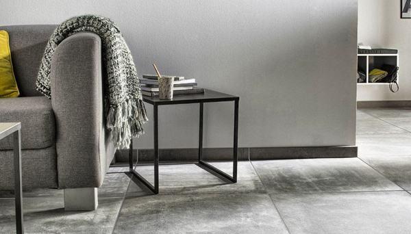 un salon dominé par une pierre grise sur les murs